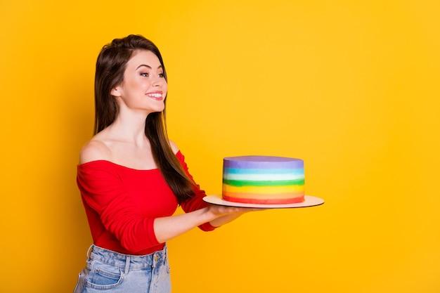 Profil widok z boku portret jej ona ładna atrakcyjna urocza wesoła dziewczyna trzyma w rękach dając świeże ciasto gratulując kopia przestrzeń na białym tle jasny żywy połysk żywy żółty kolor tła