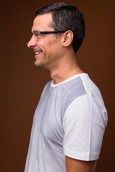 Profil widoku portret przystojny mężczyzna uśmiecha się na brązowo