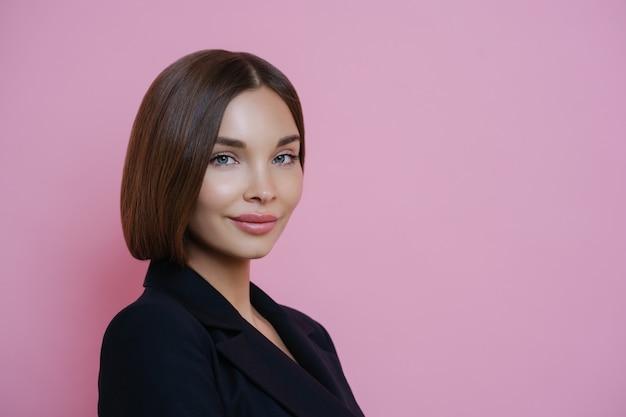 Profil zdjęcia ciemnowłosa kobieta ubrana w czarny garnitur, ma naturalny makijaż