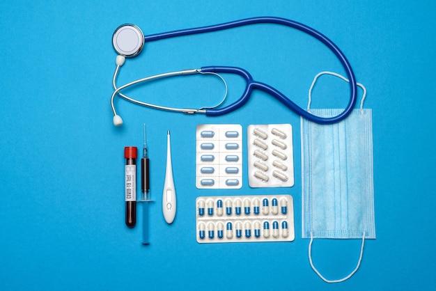 Profilaktyka i leczenie koncepcji opieki zdrowotnej koronawirusa - strzykawka, maska, tabletki, stetoskop i