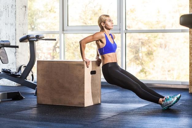 Profilowa kobieta robi push up na cross fit coub