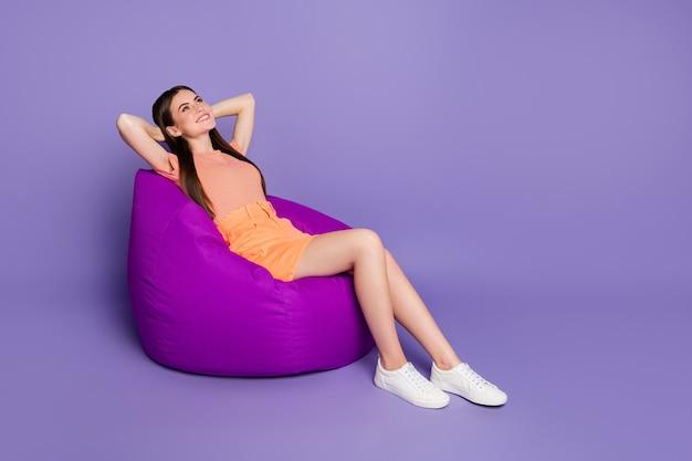 Profilowa pani siedząca wygodna worek fasoli za głową