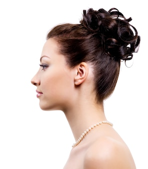Profilowy portret młodej panny młodej z fryzurą ślubną