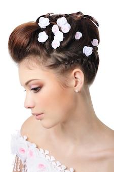 Profilowy portret panny młodej z piękno makijaż i fryzurę