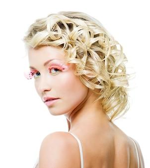 Profilowy portret pięknej blond kobiety z kręcone włosy i makijaż moda