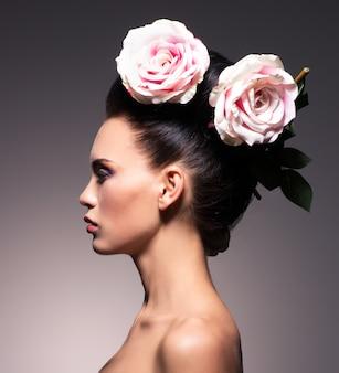 Profilowy portret pięknej kobiety brunetka z twórczej fryzury