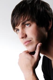 Profilowy portret przystojny, młody człowiek kukaski patrząc daleko