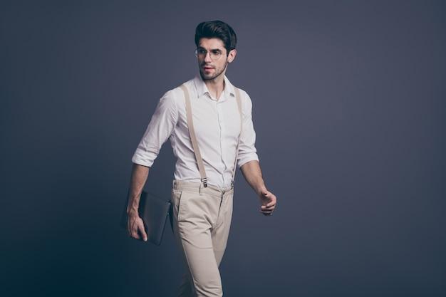Profilowy portret wspaniale myślącego faceta idź do pracy uruchom komputer gotowy zdecyduj rozwiązanie noś stylowy strój.