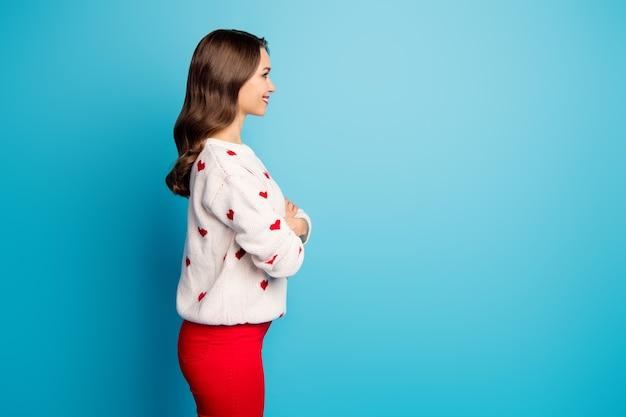 Profilowy widok z boku portret jej uroczej uroczej uroczej wesołej dziewczyny z założonym ramieniem