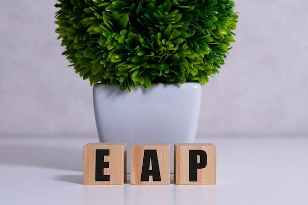 Program pomocy dla pracowników znak eap na drewnianych kostkach.