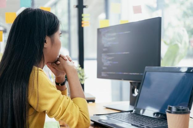 Programiści i zespoły programistów kodują i rozwijają oprogramowanie