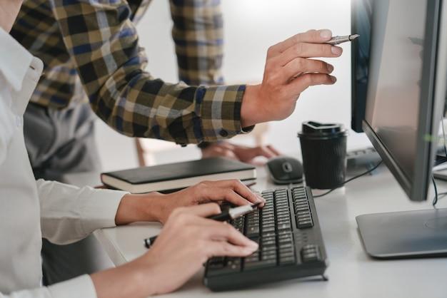 Programiści opracowujący kody na swoich komputerach