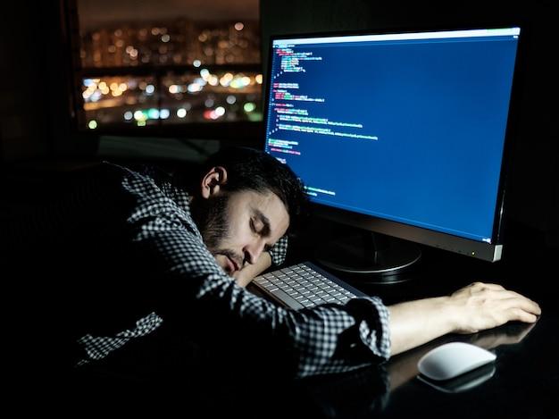 Programista freelancer przewraca się drzemiąc