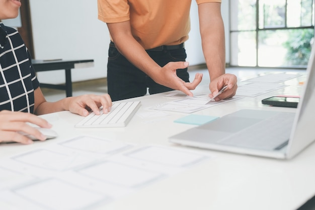 Programista i projektant ux ui pracujący w technologiach tworzenia oprogramowania i kodowania. technologia projektowania i programowania aplikacji mobilnych i stron internetowych.