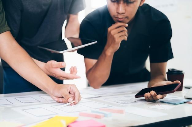 Programista i projektant ux ui zajmujący się technologiami tworzenia oprogramowania i kodowania. projektowanie i programowanie technologii mobilnych i stron internetowych.