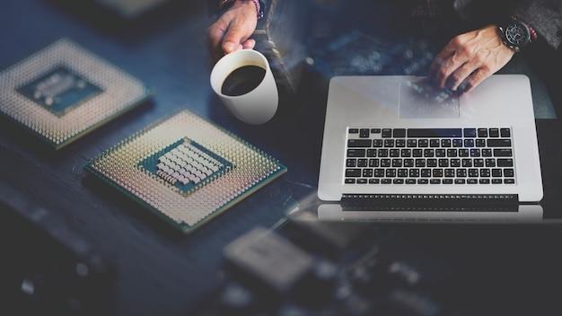 Programista korzystający z laptopa