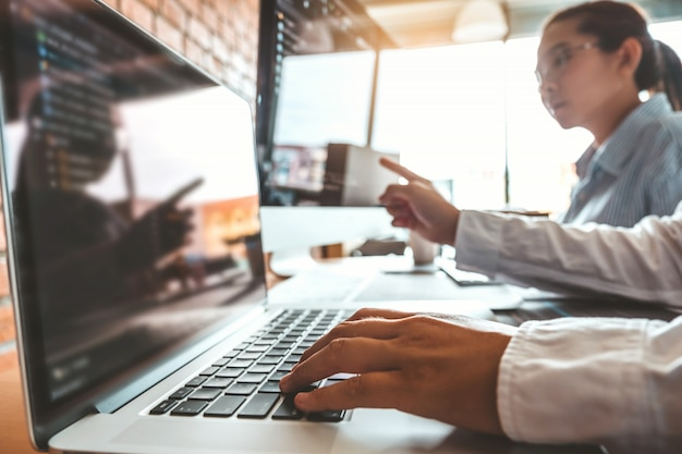 Programista odczytujący kody komputerowe. projektowanie stron internetowych i technologie kodowania.