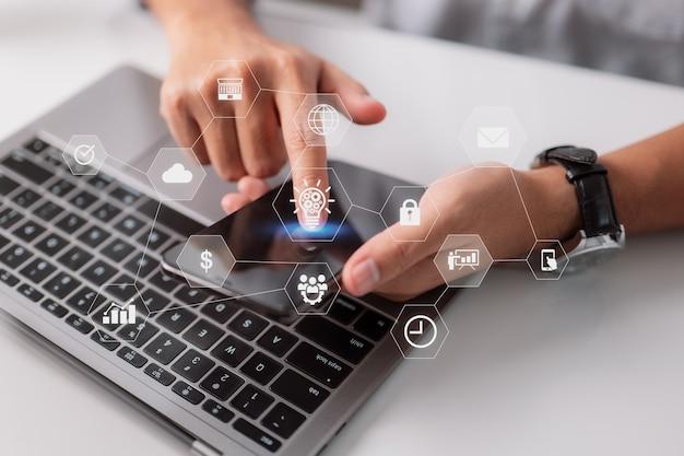 Programista oprogramowania do kodowania działa na ikonach komputera i responsywnym cyberbezpieczeństwie