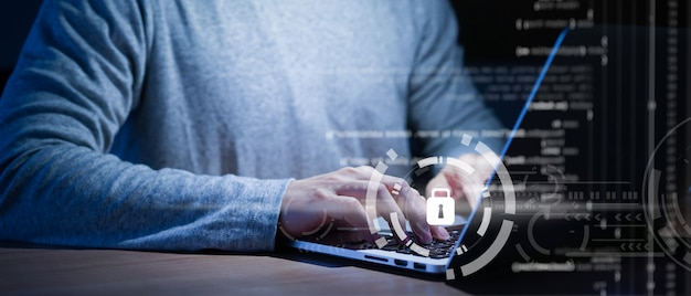 Programista pisze lub pracuje na laptopie w celu programowania o bezpieczeństwie cybernetycznym
