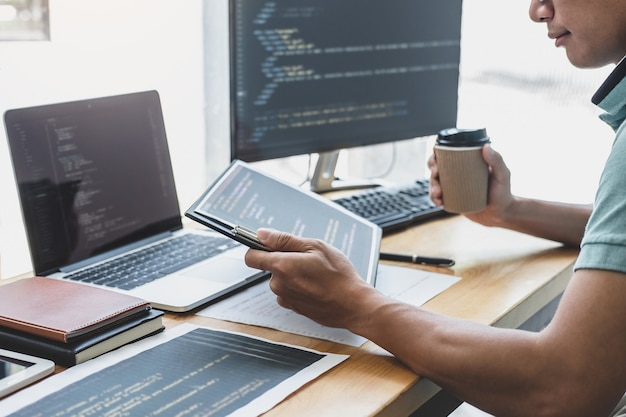 Programista pracujący przy programowaniu i stronie internetowej pracujący w biurze programistycznym