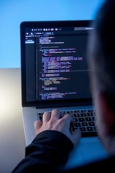 Programista pracuje na laptopie w biurowym studiu