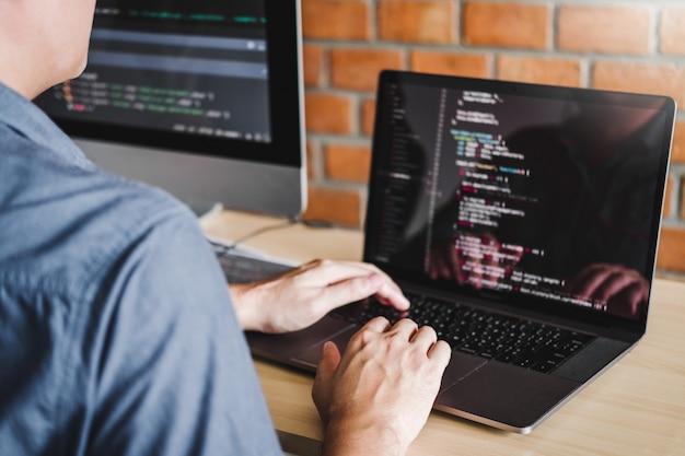 Programista programowanie rozwój projektowanie stron internetowych i technologie kodowania działające w oprogramowaniu