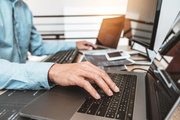 Programista programowanie rozwój projektowanie stron internetowych i technologie kodowania pracujące w biurze firmy zajmującej się oprogramowaniem