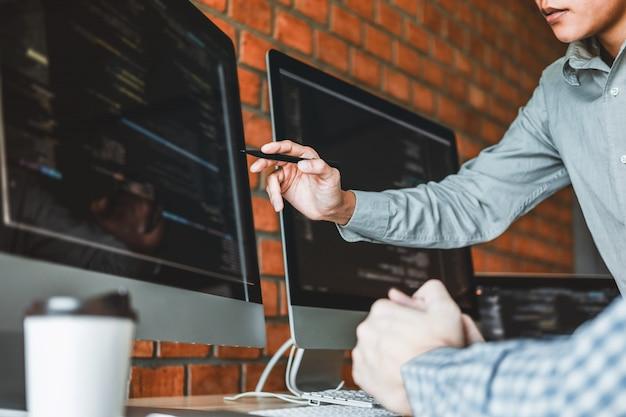 Programista programujący team development projektowanie stron internetowych i technologie kodowania działające
