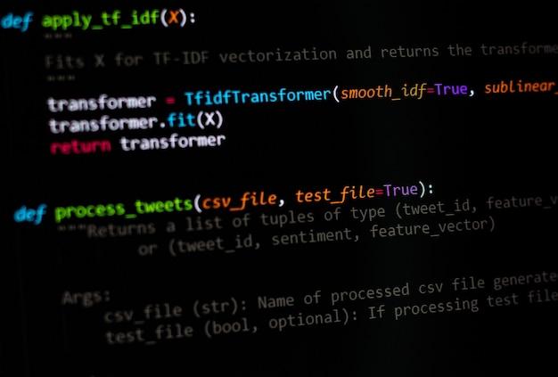 Programista python, skrypt java, html, kod źródłowy css na ekranie monitora. pisanie scenariusza programisty. kodowanie programu. programista edycji kodu tła. technologia tła bliska strzał.