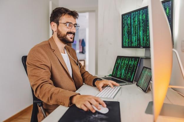 Programista siedzi w swoim biurze i pracuje nad ważnym projektem. kwarantanna podczas koronowania