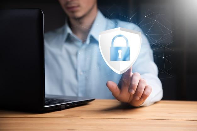 Programista wpisuje kod na komputerze, aby chronić cyberbezpieczeństwo