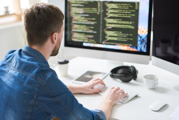 Programista zajęty pracą
