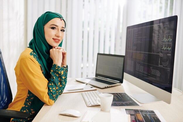 Programowanie młodej kobiety