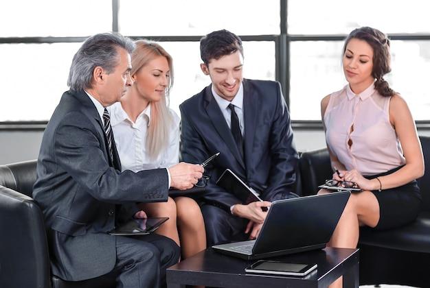 Project manager i zespół biznesowy omawiają nowy projekt.biznes i technologia