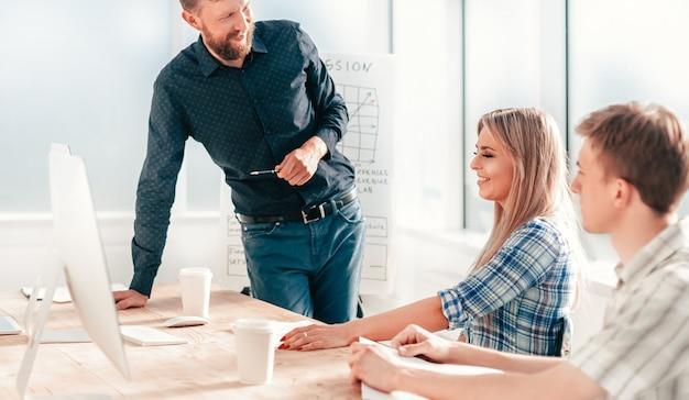 Project manager na spotkaniu roboczym z zespołem biznesowym. pojęcie pracy zespołowej