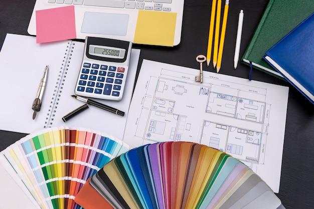Projekt architekta z próbką kolorów i kalkulatorem