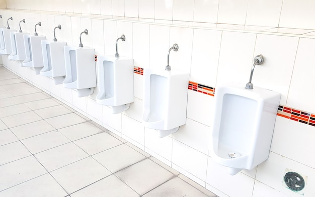 Projekt białych pisuarów ceramicznych dla mężczyzn w publicznej toalecie
