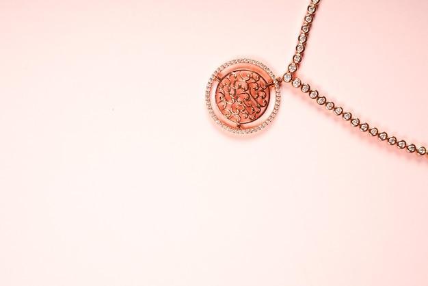 Projekt biżuterii naszyjnik w kolorze różowym