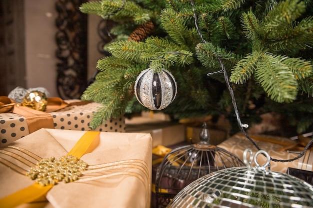 Projekt choinki. modna choinka z kulkami złote i czarne. nowy rok, koncepcja bożego narodzenia