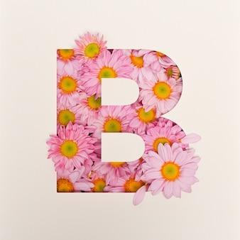 Projekt Czcionki, Abstrakcyjna Czcionka Alfabetu Z Różowym Kwiatkiem, Realistyczna Typografia Kwiatowa - B Premium Zdjęcia