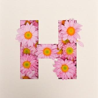 Projekt czcionki, abstrakcyjna czcionka alfabetu z różowym kwiatkiem, realistyczna typografia kwiatowa - h.