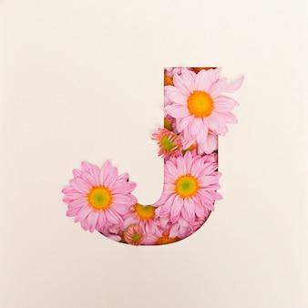 Projekt czcionki, abstrakcyjna czcionka alfabetu z różowym kwiatkiem, realistyczna typografia kwiatowa - j.