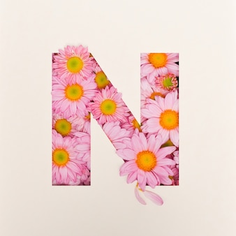 Projekt czcionki, abstrakcyjna czcionka alfabetu z różowym kwiatkiem, realistyczna typografia kwiatowa - n.