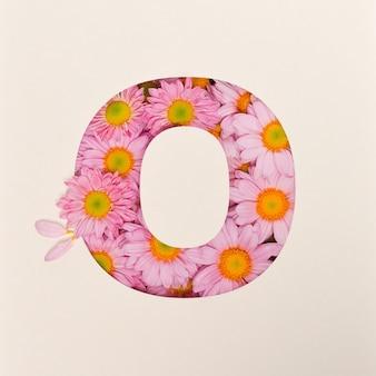 Projekt czcionki, abstrakcyjna czcionka alfabetu z różowym kwiatkiem, realistyczna typografia kwiatowa - o
