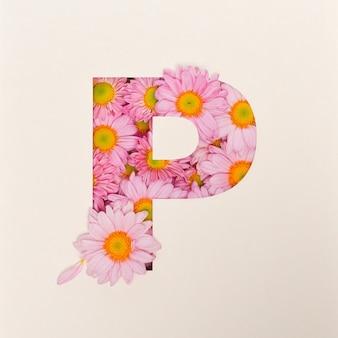 Projekt czcionki, abstrakcyjna czcionka alfabetu z różowym kwiatkiem, realistyczna typografia kwiatowa - p