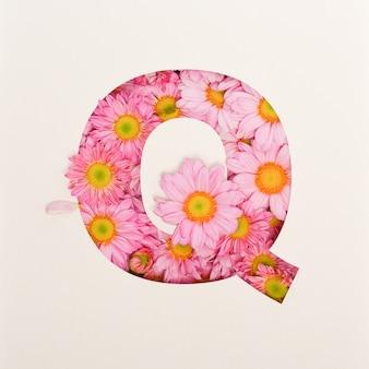 Projekt czcionki, abstrakcyjna czcionka alfabetu z różowym kwiatkiem, realistyczna typografia kwiatowa - q