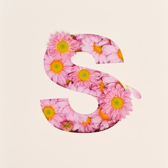 Projekt czcionki, abstrakcyjna czcionka alfabetu z różowym kwiatkiem, realistyczna typografia kwiatowa - s