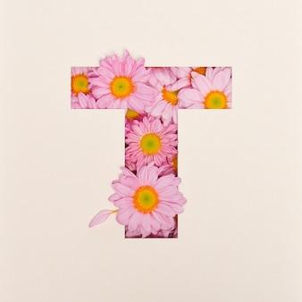 Projekt czcionki, abstrakcyjna czcionka alfabetu z różowym kwiatkiem, realistyczna typografia kwiatowa - t