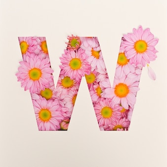 Projekt czcionki, abstrakcyjna czcionka alfabetu z różowym kwiatkiem, realistyczna typografia kwiatowa - w.