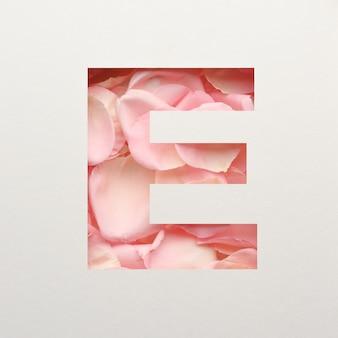Projekt czcionki, abstrakcyjna czcionka alfabetu z różowymi płatkami róż, realistyczna typografia kwiatów - e.